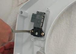 retirada da trava da tampa lavadora consul floral 7kg thumb Desmontagem e Testes da Lavadora Consul Floral 7kg