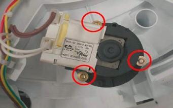 retirada eletrobomba de drenagem lavadora consul floral 7kg thumb Desmontagem e Testes da Lavadora Consul Floral 7kg