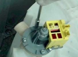 retirada eletrobomba lavadoras consulCWL75A e CWL10B thumb Desmontagem e Testes das Lavadoras Consul CWL75A e CWL10B