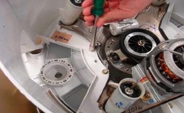 retirada parafusos fixadores tanque a base lavadora consul floral 7kg thumb Desmontagem e Testes da Lavadora Consul Floral 7kg
